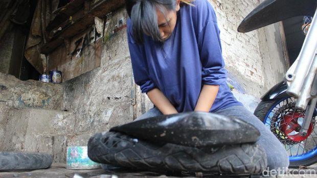 Ini Sosok Tukang Tambal Ban Cantik Asal Garut yang Viral di Medsos
