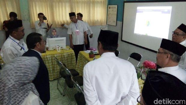 Dirjen Pendidikan Islam Kemenag Kamarudddin Amin mendengarkan penjelasan guru-guru MAN 1 Kota Bekasi