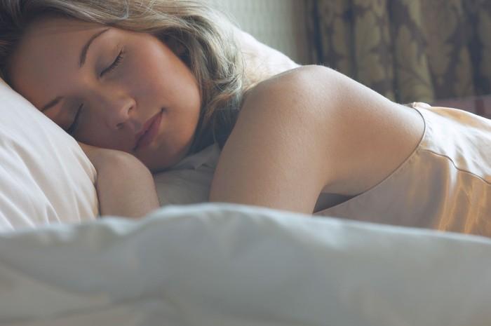 Posisi tidur juga berpengaruh. Sebuah studi baru yang diterbitkan dalam Journal Dreaming menemukan bahwa berbaring di atas perut dikaitkan dengan tema mimpi yang memukau, seperti bercinta dengan idola. Namun, beberapa pakar menyarankan untuk tidur dengan posisi terlentang agar membantu jalannya napas. (Foto: Ilustrasi/Thinkstock)