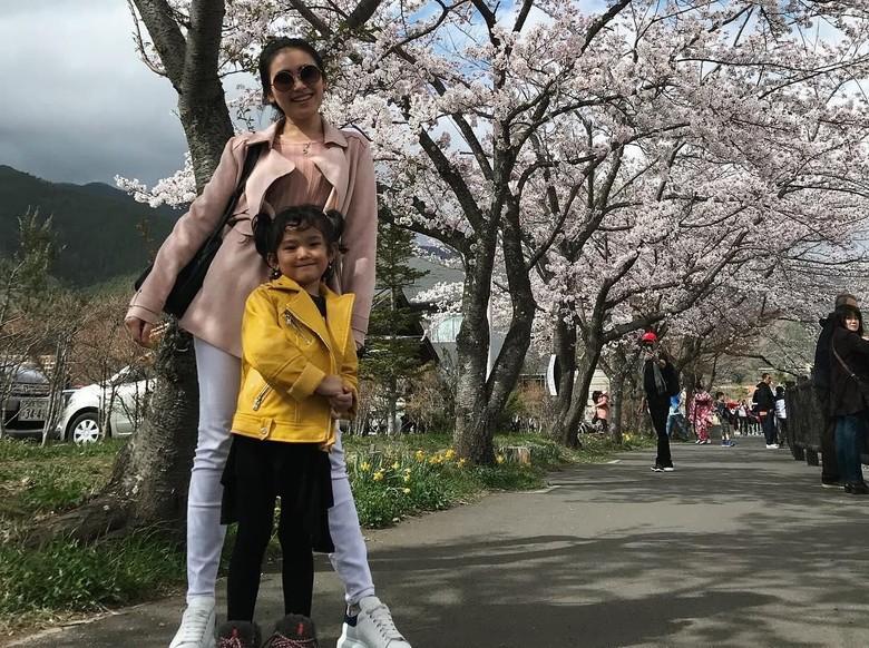 Ke Jepang, Ayu Ting Ting Bawa Sambal, Ikan Teri, dan Rendang