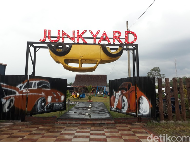 Taman berisi mobil antik di Borobudur. Foto: Pertiwi