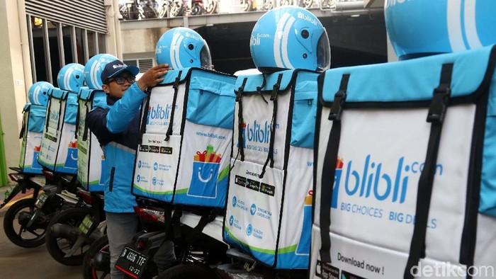 Blibli Mart Solusi Belanja Mobile  Senior VP of Marketing Blibli.com I Gusti Ayu Fadjar (kanan) dan Senior VP Trade Partnership Fransiska K. Nugraha (tengah), berbincang dengan petugas BlibliMART seusai peluncuran layanan BlibliMART di Jakarta, Senin (9/4/2018). Perusahaan e-Commerce  Blibli.com, meluncurkan layanan BlibliMART yang menawarkan solusi belanja aneka kebutuhan secara