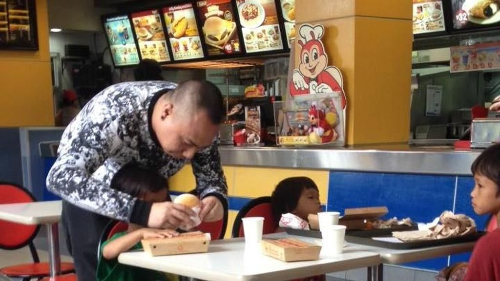 Melihat Anak Pengemis Dibelikan Makan Siang, Pria Ini Terharu Dengar Kisahnya