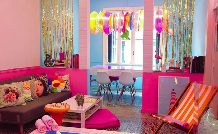 Letak kafe bernama Candyfornia ini ada di Rue Monot, dekat Digital District dan Art District di Saifi Village. Candyfornia Cafe ada di coffee shop bergaya lucu pertama dan menawarkan warna-warna cantik khas permen. Foto: candyforniastudio