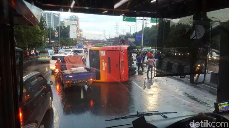 Pemprov DKI Sanksi Operator Bus TransJ yang Terguling Depan UKI