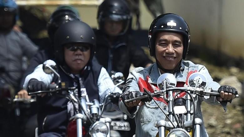 Jokowi saat touring naik motor Foto: ANTARA FOTO/Puspa Perwitasari