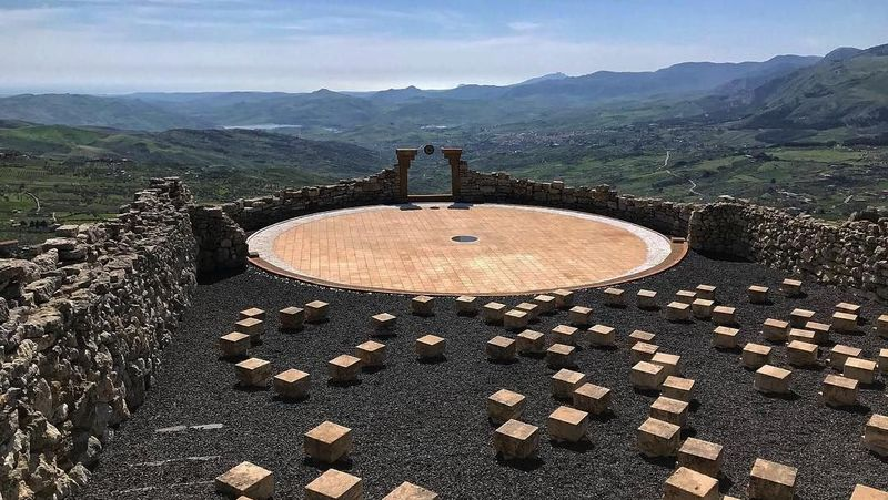 Tempat ini bernama Andromeda Theater. Letaknya di Desa Santo Stefano Quisquina, Provinsi Agrigento, 94 km dari Palermo, Italia (saircov/ Instagram)