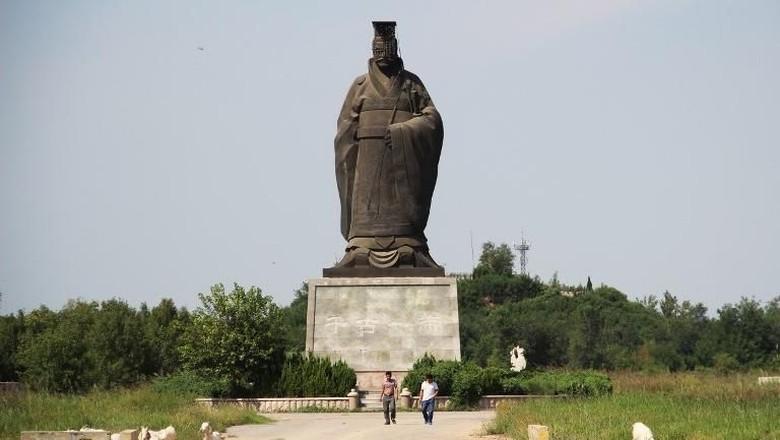 Foto: Patung Kaisar Pertama China yang Terguling karena Angin