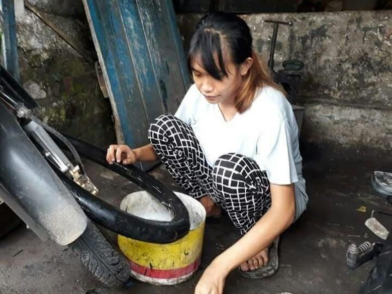 Tukang tambal ban cantik di Garut. Foto: tangkapan layar facebook