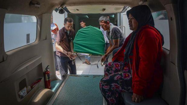 Keluarga membawa jenazah korban meninggal akibat keracunan miras oplosan, di Rumah Sakit Umum Daerah (RSUD) Cicalengka, Kabupaten Bandung, Jawa Barat, Senin (9/4).