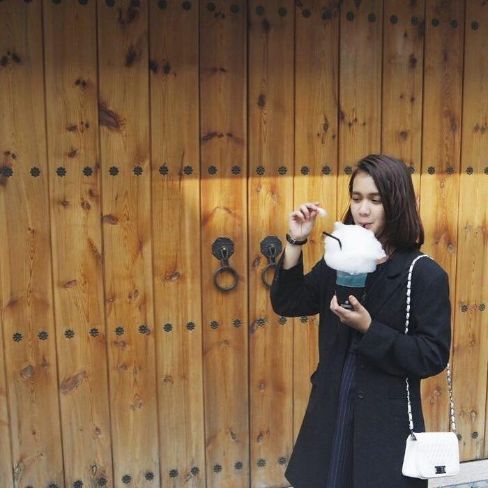 Dulu kecil mungil dan imut makanya dipanggil Dea Imut. Sekarang meskipun sudah dewasa, kayaknya Dea Annisa masih tetap imut nih. Apalagi saat minum minuman dengan cotton candy ini. Foto: Instagram