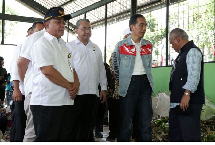 Menteri Desa PDTT Eko Putro Sandjojo meninjau pelaksanaan Padat Karya Tunai di Desa Citarik. Istimewa/Kemendes.