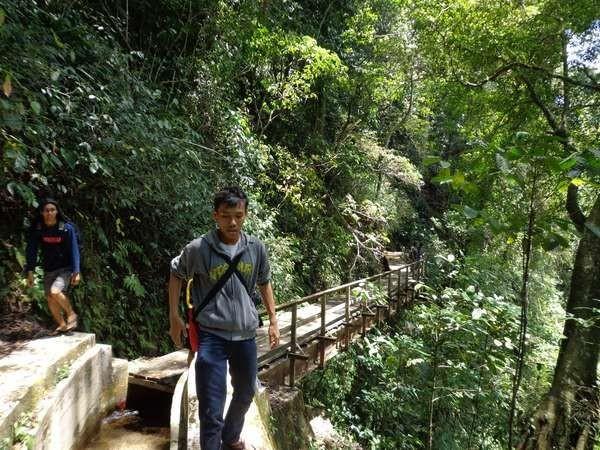 Jalur yang dilewati untuk mencapai Curug Lawe cukup bervariasi. Ada aliran irigasi, jembatan kayu, hingga menyeberangi sungai, Curug Lawe dikelilingi tebing (Tri VidyaTomo/dTraveler)