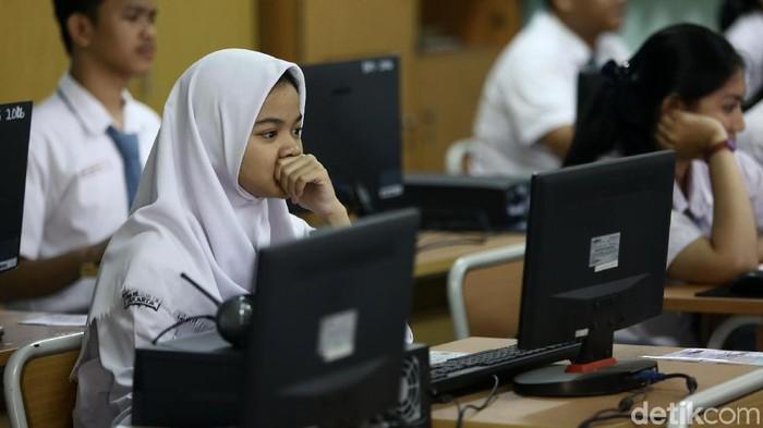 Pelaksanaan Ujian Nasional SMA hari pertama Senin (9/4) berjalan lancar. Sejumlah siwa mengikuti Ujian Nasional berbasis komputer.