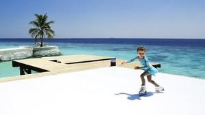 Ice Skating Tapi di Pantai Maldives