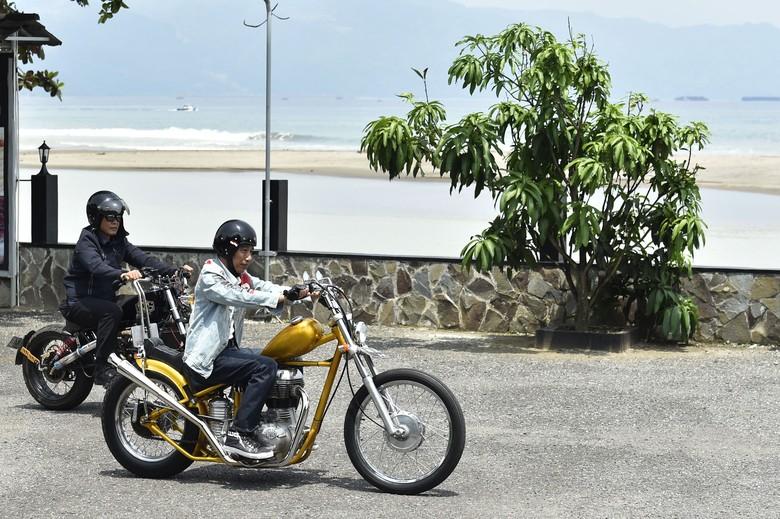 Jokowi saat naik motor chopper emasnya di Sukabumi. Foto: ANTARA FOTO/Puspa Perwitasari