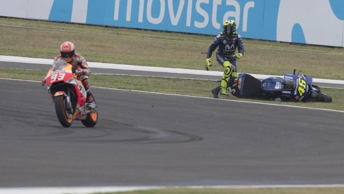 Valentino Rossi terjatuh setelah disenggol Marc Marquez di MotoGP Argentina (Foto: Mirco Lazzari gp/Getty Images)