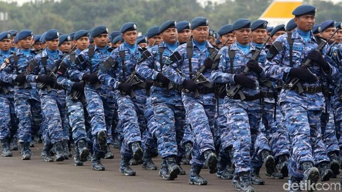 HUT TNI AU ke-72 juga diramaikan dengan parade pasukan dan alutsista. Parade tersebut sekaligus menutup kemeriahan upacara.