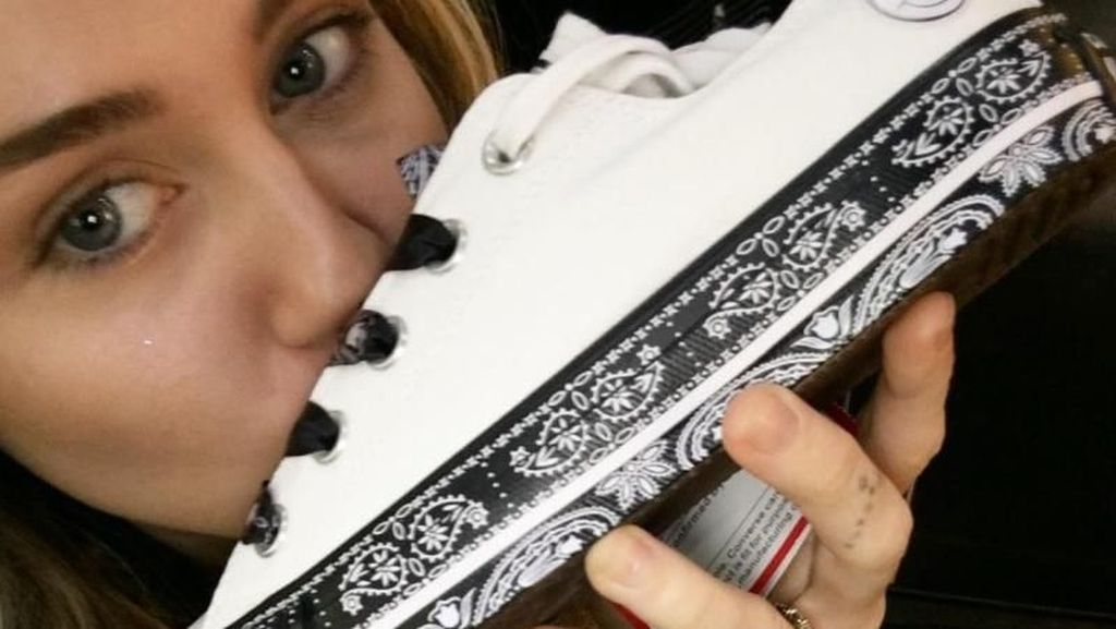 Miley Cyrus Kolaborasi dengan Converse, Rilis Sneakers Tema 90-an