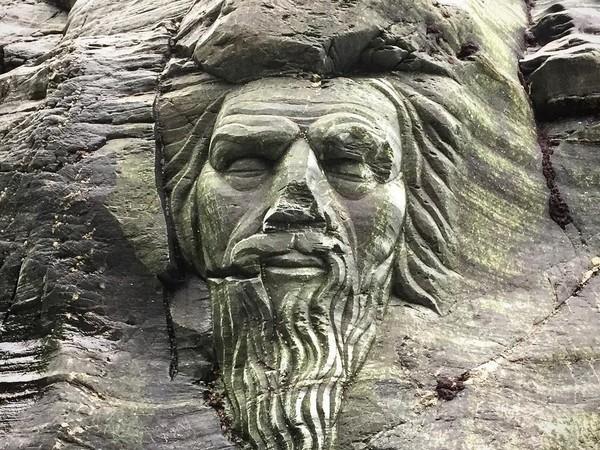Di salah satu sisi luarnya, dekat pintu masuk gua, ada pahatan wajah Merlin yang seperti menonjol dari dinding batu (iwearafeznow9/Instagram)
