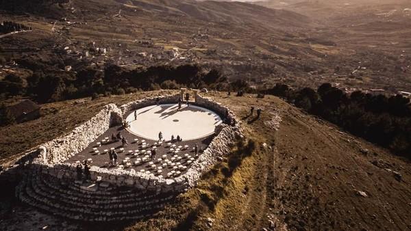 Berada di ketinggian Pegunungan Sicani, teater terbuka ini memliiki pemandangan yang cantik. Teater ini karya pematung Lorenzo Reina (g.nocera/ Instagram)