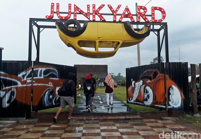 Deretan Mobil Klasik dan Antik di Junkyard Auto Park Borobudur