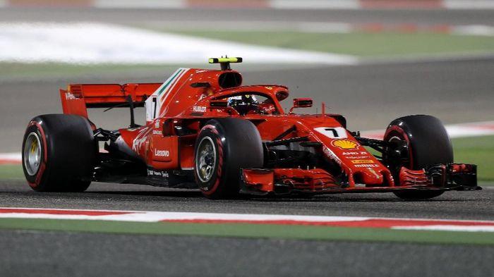 Kimi Raikkonen menabrak seorang mekanik Ferrari saat pitstop di GP Bahrain (Foto: Ahmed Jadallah/Reuters)