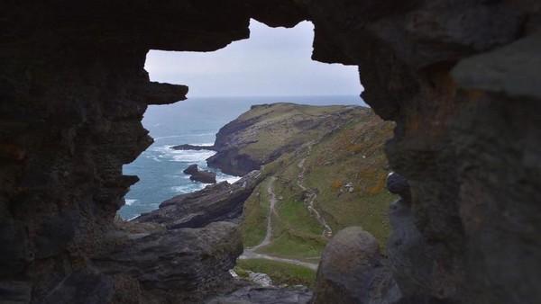 Kalau air laut sedang surut, Gua Merlin bisa dijelajahi dengan jalan kaki. Namun saat pasang, traveler harus naik kano atau kayak untuk masuk ke dalam gua (annaadventures92/Instagram)