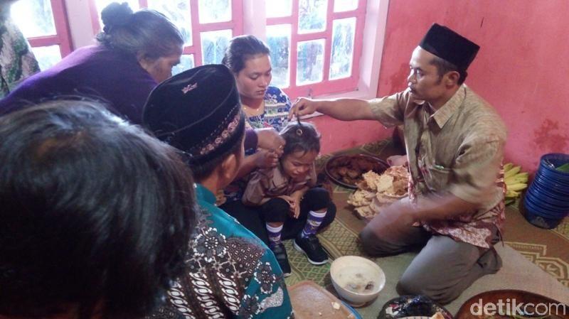 Tepatnya tradisi potong rambut gimbal ada di Dusun Thekelan, Desa Batur, Kecamatan Getasan, Kabupaten Semarang. Tradisi ini sudah dilakukan secara turun temurun (Eko Susanto/detikTravel)