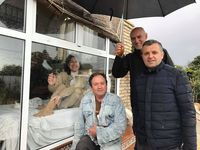 Juana bersama keluarganya, sedih tak bisa memeluk mereka