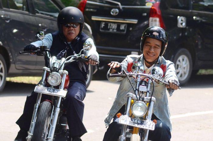 Presiden Jokowi menaiki motor mulai dari Puskesmas Bantar Gadung sejauh sekitar 30 km menuju Desa Pasir Suren melalui Jalan Pelabuhan yang merupakan jalan nasional yang dipelihara oleh Balai Besar Pelaksanaan Jalan Nasional VI, Ditjen Bina Marga. Dok. Kementerian PUPR.