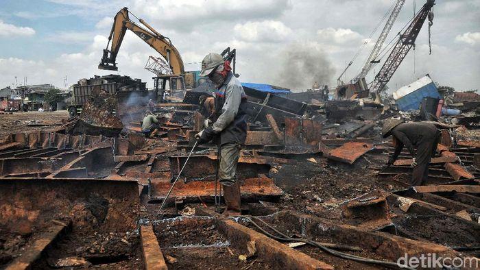 Besi bekas (scrap) masih menjadi andalan pelaku industri besi baja nasional sebagai bahan baku mereka. Maka bisnis besi tua pun kian menggiurkan.