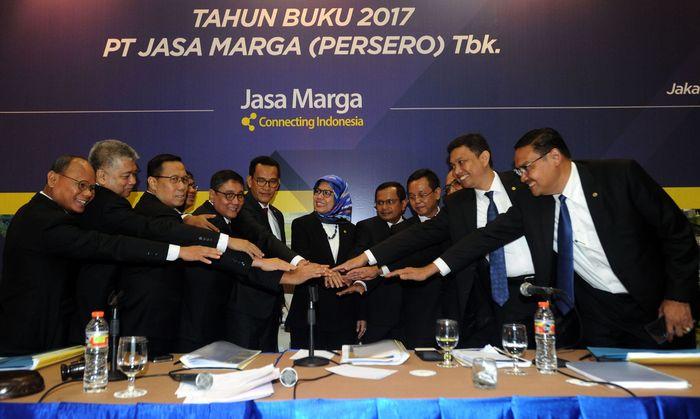 Direktur Utama PT Jasa Marga (Persero) Tbk Desi Arryani (keenam kanan), Komisaris Utama Refly Harun (keenam kiri), serta jajaran direksi dan komisaris, bertumpu tangan bersama usai Rapat Umum Pemegang Saham Tahunan, di Jakarta, Selasa (10/4). Foto: ANTARAFoto