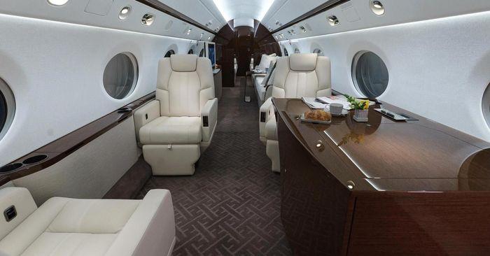 Seorang miliuner yang juga pialang saham merombak pesawat pribadi miliknya Gulfstream 550 menjadi kantor terbang.