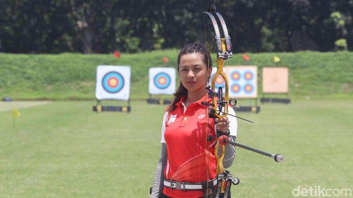 Dellie Threesyadinda berlatih di lapangan panahan kompleks Gelora Bung Karno (GBK) Senayan, Jakarta. (Grandyos Zafna/detikSport)
