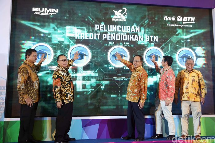 Direktur Utama PT Bank Tabungan Negara (Persero) Tbk Maryono dan Menteri Riset, Teknologi dan Pendidikan Tinggi Mohamad Nasir menghadiri peluncuran Kredit Pendidikan BTN, di Jakarta, Selasa (10/4/2018).