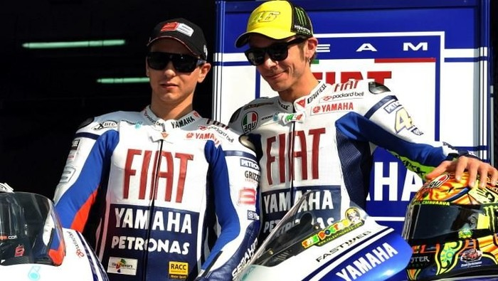 Fiat Yamaha team members Valentino Rossi (R) of Italy and Jorge Lorenzo of Spain pose for pictures at a ceremony on Sepang circuit near Kuala Lumpur on February 4, 2010. The MotoGP team unveiled its new 2010 livery on the morning of the first test of the pre-session in Malaysia.  AFP PHOTO/ Saeed KHAN / AFP PHOTO / SAEED KHAN