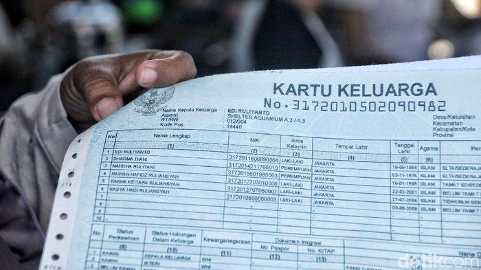 Suku Dinas Kependudukan dan Catatan Sipil Jakarta Utara membuatkan kartu keluarga (KK) baru bagi warga yang tinggal di Shelter Kampung Akuarium.