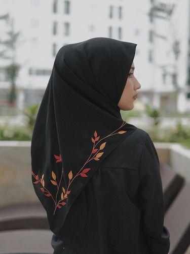 Bosan dengan Hijab Motif? Coba 3 Inovasi Desain Hijab Segi Empat Ini