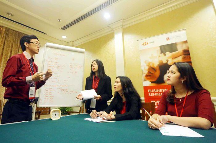 Salah satu finalis HSBC Business Case Competition 2018, Tim Universitas Gadjah Mada (UGM), berdiskusi tentang strategi bisnis yang akan dipresentasikan di hadapan para juri dalam putaran final kompetisi HSBC Business Case Competition (BCC) 2018 di Jakarta, Senin (9/4).Foto: dok. UGM