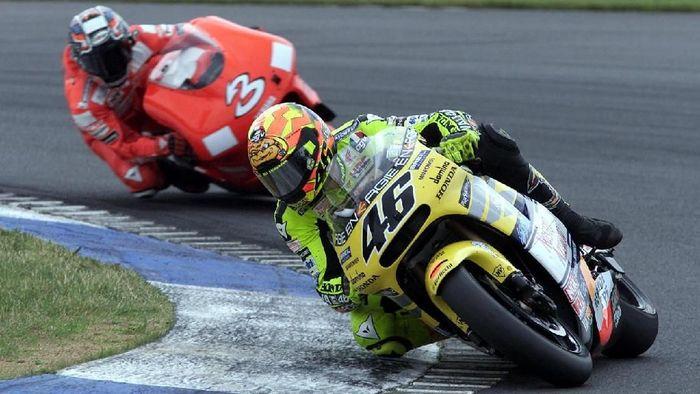 Dalam karier panjang Rossi di dunia balap grand prix, sesama rider Italia Max Biaggi menjadi salah satu rival berat di awal kariernya pada kelas primer. (Foto: Clive Mason/Allsport)