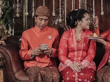 Nah, yang ini saat momen bahagia jelang pernikahan Kahiyang Ayu. Dalam rangkaian prosesi, Iriana tampak menyuapi putri keduanya itu. Sweet banget! (Foto: detikcom)