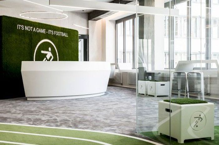Masuk ke dalam ruangan kantor yang terdiri dari 3 lantai itu pun bikin serasa pekerjanya berada di dalam arena sebuah stadion sepakbola. Istimewa/TKEZ.
