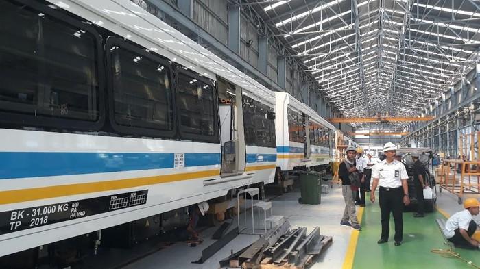 Suasana pembuatan kereta LRT untuk ajang Asian Games. (Foto: Sugeng Harianto)