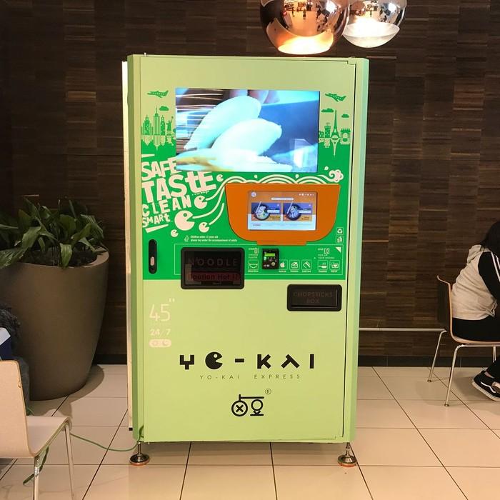 Vending machine milik Yo-Kai Express ini menyediakan ramen dengan beragam pilihan rasa. Pembeli juga tidak perlu repot menyeduh ramen yang sudah dibeli. Karena mesin ini bisa langsung memanaskan ramen instan yang dipilih pembeli. waktu yang dibutuhkan untuk mendapat semangkuk ramen hangat juga tidak lama. Hanya 45 detik! Ide ini mucul dari sang pemilik Yo-Kai Express bernama Andy Lin. Saat ini vending machine yang menyediakan ramen siap saji ini ada banyak di beberapa wilayah di Amerika Serikat. Seperti Chicago, Austin, Boston, dan Miami.Foto: Istimewa