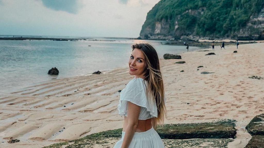 Foto Liburan Istri Mendiang Bos Playboy di Bali