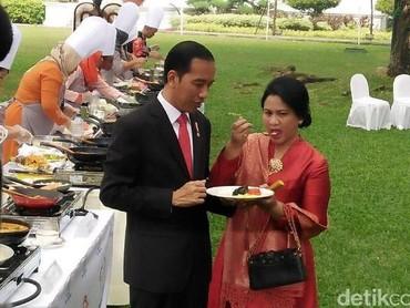 Berkebaya merah, Iriana dan Jokowi yang memakai setelan jas hitam dengan dasi berwarna senada dengan kebaya sang istri. Terlihat mesra ya Bun, makan satu piring berdua. (Foto: detikcom photo)
