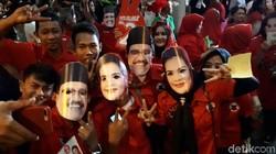 Foto: Begini Gaya Pendukung Cagub Jatim di Luar Arena Debat