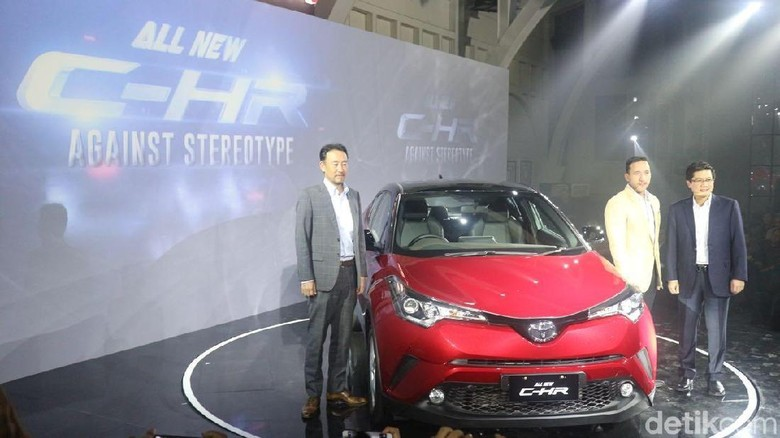 Manajemen Toyota Indonesia berpose dengan C-HR (Foto: Khairul Imam Ghozali)