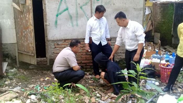 Polisi saat menangkap pelaku/Foto: istimewa